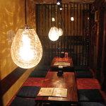瑠璃座 - 古材を使った郷愁的な安らぎの店内。