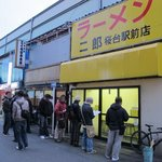 ラーメン二郎 - 夕方の開店前でこの行列・・・