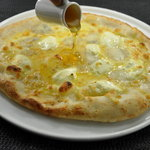 Bee RUSH - 4種チーズのクワトロフォルマッジ 蜂蜜をかけて