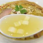 70507940 - 中華な湯麺と言った感じではなく、 和食の澄まし汁みたいな透明感があります。