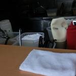 郎郎郎 - たれの元(あの白いのは何でしょう?あっさりどんぶりを温めるときに入れて捨ててましたが。塩?)