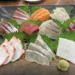 博多豊一長浜食堂 - お刺身は、活きていないイカの姿造りもありますが、 今回は盛り合わせにしました。 10点盛りで1,580円はリーズナブル!