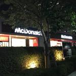 マクドナルド - 2017/07 夜、クルマで海岸習志野ICから東関東自動車道に乗って、東京に戻る前に、幕張テクノガーデンの前にクルマを止めて猛ダッシュで マクドナルド 幕張テクノガーデン店へ。
