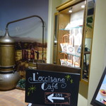 ロクシタンカフェ - カフェ入り口、奥がロクシタン独特の風景