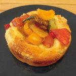 Bakery&Cafe BakeAwake - グリル夏野菜のキーマカレーパン