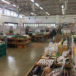 すかなごっそ - 開店直前の店内。手前の野菜売り場にお客さんが集中するので、先に奥の加工品コーナーを見て回ると良いです。