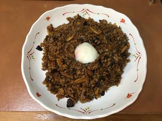ラホール 外神田店 - ブラックドライカレー 温泉卵のせ 大盛り