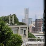 70537404 - ランドマークタワーが見えます