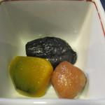 五平田・蔵 - 両定食共通の付け添えはひじきとこの煮物3種