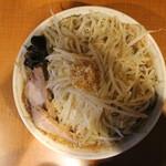 ぽっぽっ屋 - らーめん(野菜多め+ニンニクで720円、真上から) 手の影ゴメン!