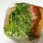 70549704 - スパイスが効いたタコスミートに、たっぷり葉野菜とチェダーチーズが合う!