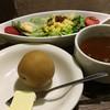 gii - 料理写真:セットのサラダ、スープ!オニオンスープがおいしい。これにコーヒーか紅茶もついて、+250円。じゃがいもはたぶんカレーを頼めばつく。じゃがいももおいしい!