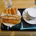ベーカリーカフェ デリーナ - パン2種とカフェラテ
