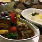 gii - 季節の野菜カレー!1400円 配分が難しいけど野菜たっぷりでおいしい!ご飯の量おおい!(笑)福神漬けやらっきょう、レーズンもあって飽きずに食べられました