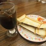 リヨン - アイスコーヒー 410円 モーニングサービス(小倉あんプレスサンド)つき