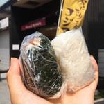 コジマライス - 料理写真:海苔の巻いてある とりそぼろ @130円 と 塩むすび(コシヒカリ) @90円