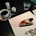カフェ・コムサ - [料理] Hot珈琲 & バナナと苺のチョコタルト 全景♪w