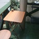 パイの店 kibusi - お店の目の前にある唯一のテーブル席
