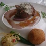 70563109 - ニュージーランド産牛ヒレ肉のメダイヨンとフォワグラのアランチーニ 黒トリュフ 夏の温野菜添え
