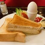 ローヤル - モーニングサービスは厚切りトースト、サラダ、ゆで卵のベーシックなもの。