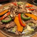 個室居酒屋 番屋 - 牛肉と夏野菜の陶板蒸し焼き