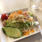 Chef Daniel's - セットのサラダ。当初より量が増えた気が。あとドリンクがつきます。