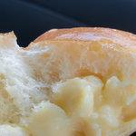 おかやま工房 リエゾン - 人気のクリームパンを割ったところ