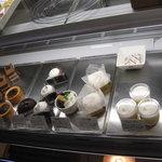 CAKE AND SWEETS bougiee - 午前中に数種類売り切れていました