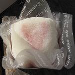 CAKE AND SWEETS bougiee - ドライブの途中で頂いたイチゴ大福。イチゴクリーム・生クリーム・あんこ・イチゴが、求肥?に包まれています。