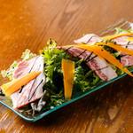 神戸和牛タリアータの炙りサラダ~ハチミツバルサミコソース~
