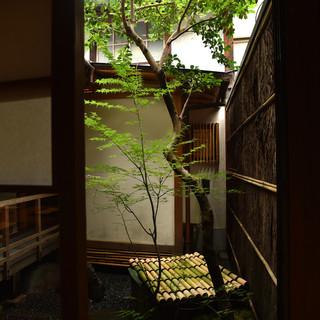 京の四季を感じる坪庭を眺めながらの食事もまた一興