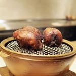 70597083 - 茨城産の小鳩の短時間の炭火焼きロースト、なめこのソースと10年間熟成させた黒胡椒のソース