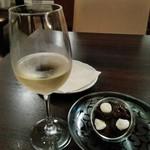 四季 - [ドリンク] Elia Trebbiano Rubicone  (白 グラス) & プラムチーズ