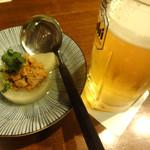 海鮮居酒屋 えん屋 - 生ビールとお通し。