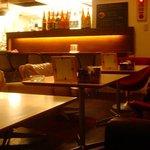 MANDINKA DINING - ランチタイムでも暗めで落ちついた店内
