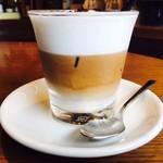ネイバーフッド アンド コーヒー - エスプレッソとクリームの3層コントラスト!