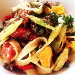 グルテンフリーの手打ちパスタ和牛と冬野菜のソース