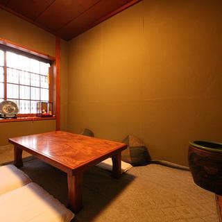 個室は20名様まで。木の温もりを感じる和空間でご宴会を