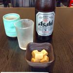 讃岐屋 雅次郎 - 「瓶ビール(中)」(520円)。小鉢(高野豆腐)は価格に含まれているようだ。