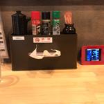 上州山賊麺 大大坊 - カウンターの上の液晶画面も、移転前と同じく。