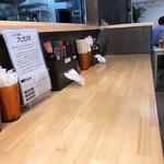 上州山賊麺 大大坊 - キレイなカウンター。       店内は、カウンター 6席。       4人がけテーブル 二つ。