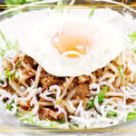 汁なしタンタン麺。玉子が旨味を倍増させます。