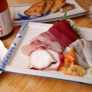 夜は寿司居酒屋に!新鮮素材を活かした肴で一杯。