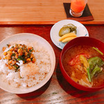 蔵精 - トウモロコシとお焦げのご飯。 シソの香り。  具沢山のお味噌汁。