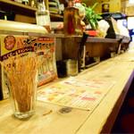 鉄鍋餃子酒場 山桜 - 店内。カウンターより