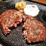 ハンバーグ&ステーキ 黒毛和牛 腰塚 - [料理] ハンバーグ (ミディアム) 焼き上がりを割ってみる。