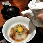 ハンバーグ&ステーキ 黒毛和牛 腰塚 - [料理] おろし大根 (ウズラ卵入り) に、だし醤油を掛ける。