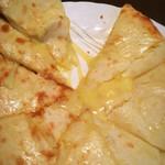 パラダイス - チーズナンのアップ。やや小さめだけどチーズはきちんと入っておりよく伸びます。
