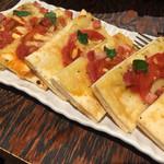 70653162 - トマトとジャガイモのピザ