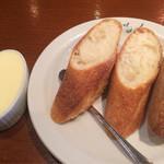 シェ・ミカワ - バゲットとバター。バターたっぷりなのが嬉しい。